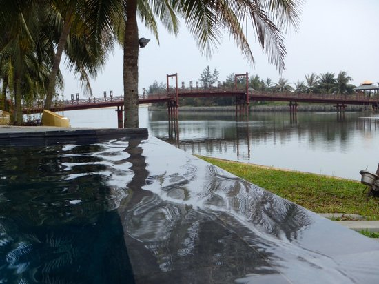 Hoi An Beach Resort: Zero edge pool and view of the river