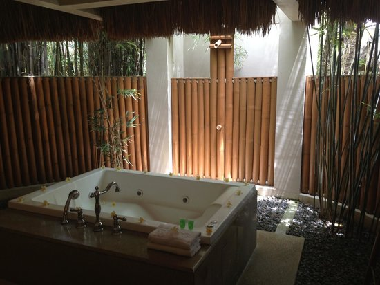 Eskaya Beach Resort & Spa: The bathroom jacuzzi and open shower area