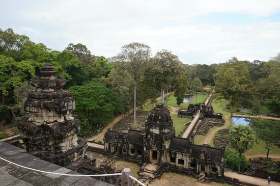 Temple de Baphuon : Baphuon - view of the gopura and the avenue from the top
