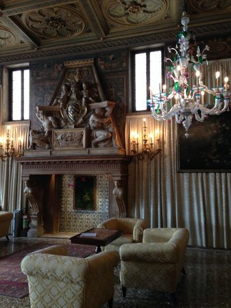 Hotel Danieli, A Luxury Collection Hotel: Fireplace in the lobby
