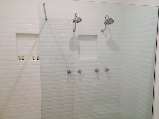 Arcadia House: Double head showers - major plus!!