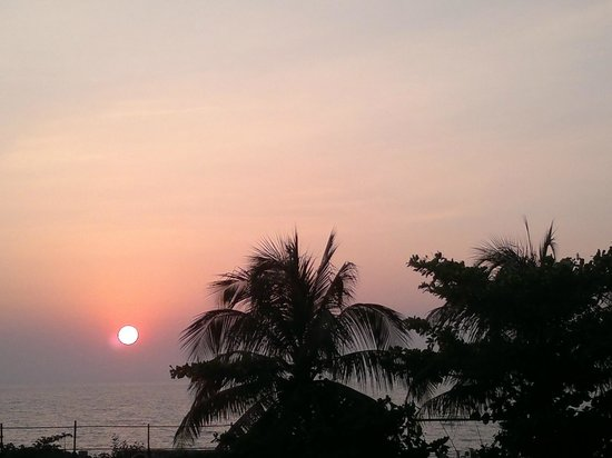Taj Lands End : Sunset from the entrance to hotel.