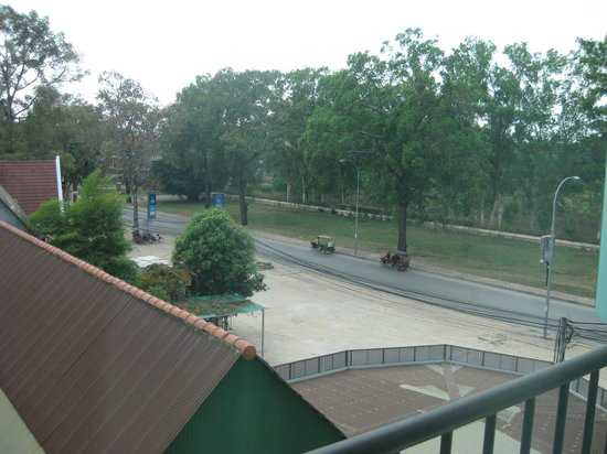 Tara Angkor Hotel : Main avenue view from room