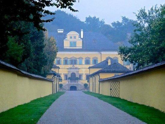 Palacio de Hellbrunn: Driveway and castle