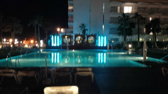 Hotel Riu Nautilus : The pool at night