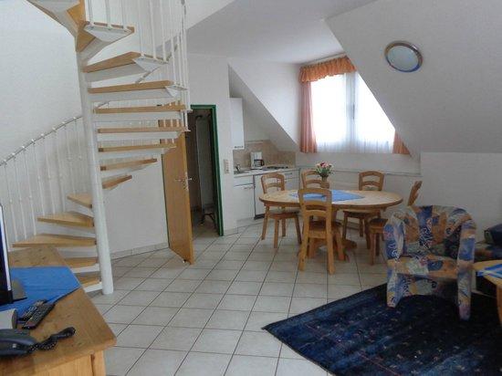 Haus Am See: Wohn- Küchenbereich mit Treppe zu den Schlafzimmern