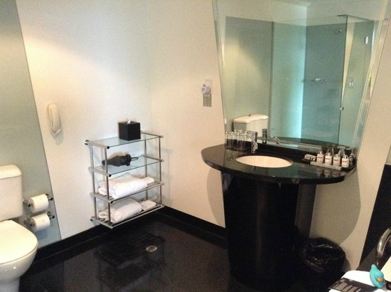 The Como Melbourne - MGallery Collection: Open plan pa suit bathroom