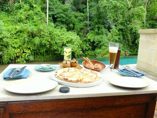 Four Seasons Resort Bali at Sayan: 最高のロケーションでピザを頂けます
