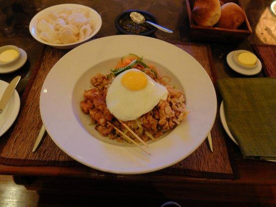 Four Seasons Resort Bali at Sayan: ルームサービスのナシゴレン。パンとチップスが付いてきてかなりボリュームあります!上品な味で美味しかった!