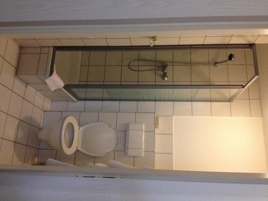 Hotel Neue Kraeme: Banheiro apertado