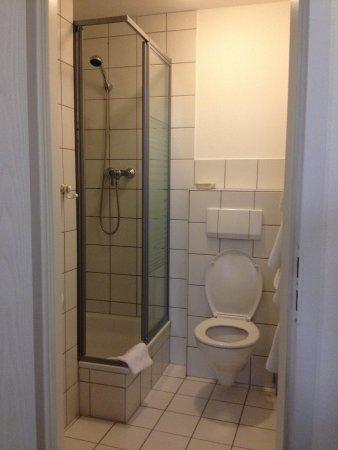 Hotel Neue Kräme: Banheiro apertado