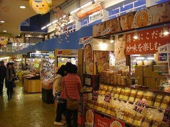 Michi-no-Eki Ito Marine Town: 試食が多いお土産売り場
