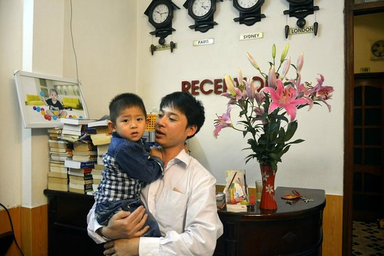 Hanoi Advisor Hotel: The owner and his son at the reception