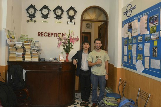 Hanoi Advisor Hotel: Me and the owner at the reception