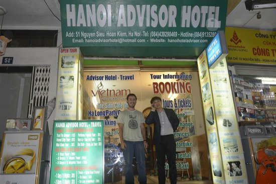 Hanoi Advisor Hotel: Me and the owner at the entrance