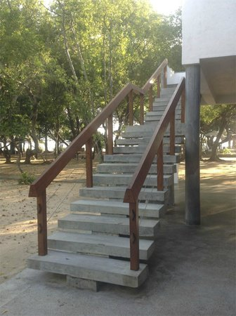Nilaveli Beach Hotel: Stairwell on the way to the pool area
