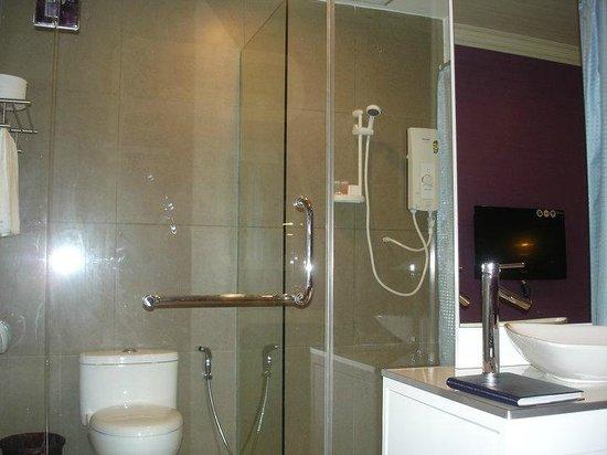 King Park Hotel Tawau : Elegant Bathroom