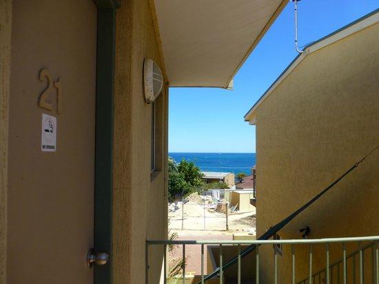 Ocean View Motel: Seitlicher Blick aufs Meer