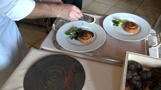 Le Gindreau : Pascal Bardet râpe généreusement la truffe sur les Pithiviers