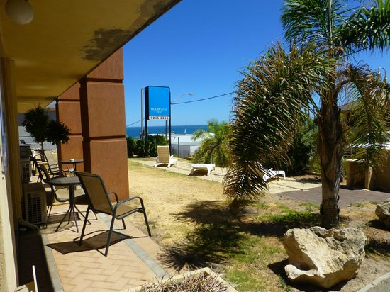 Ocean View Motel : Zimmer im Erdgeschoss mit Terrasse (aber zur Straße gelegen)