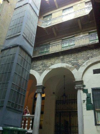 Budapest Museum Central: Лифт во внутреннем дворе