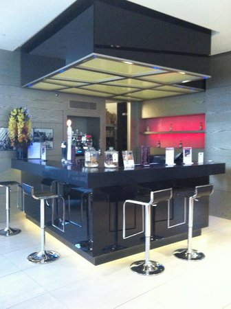 H10 London Waterloo: Bar del Hotel