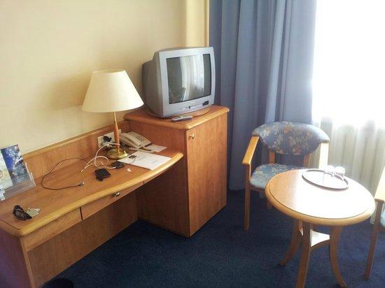 Best Western Hotel Felix: TV - bez szału, ale ogólne umeblowanie pokoju bardzo miłe dla oka.