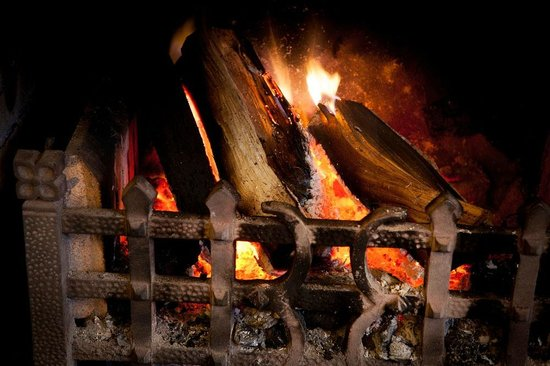 The Grasmere Hotel Restaurant: Roaring log fires