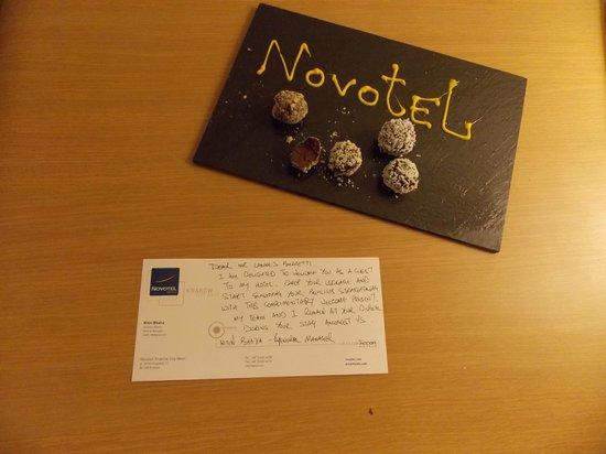 Novotel Krakow City West: Carta de boas vindas e docinhos. Muito simpático!