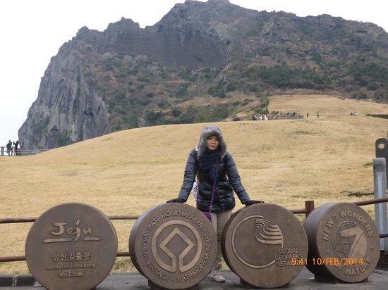 Seongsan Ilchulbong: berpose sebelum naik ke puncak