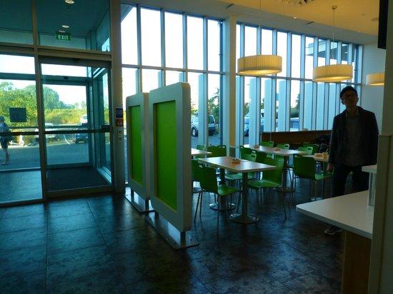 Ibis Budget Auckland Airport: Ibis Auckland AP - Eingangsbereich mit Frühstücksraum