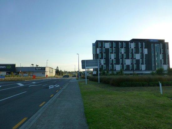 Ibis Budget Auckland Airport: Ibis Budget Auckland AP, links der Supermarkt (24h offen)