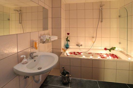 BEST WESTERN Hotel Rosenau: Badezimmer mit Badewanne