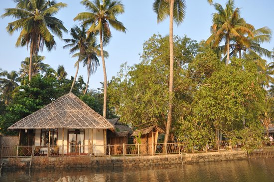 Les 3 Elephants Cherai Beach: Ansicht des Resorts von den Backwaters aus