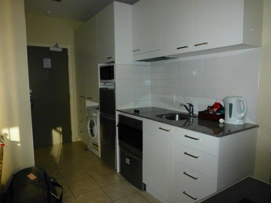 Quest on Queen: Küche mit eingebauter Waschmaschine/Trockner (dreckig)