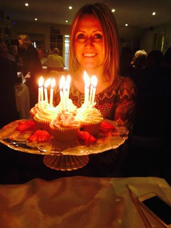 Ristorante Il Piccolo Mondo: This is how they presented the 6 cupcakes we brought for the beautiful birthday girl.  Lovely!