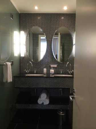 Hotel DeBrett : Very clean bathroom with large bath and separate shower room