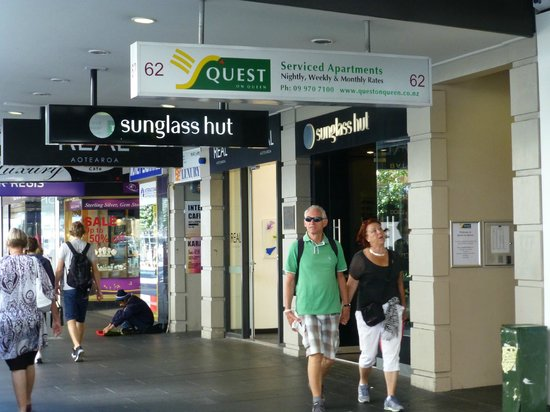 Quest on Queen: Eingang auf der Queen Street - schlecht zu finden