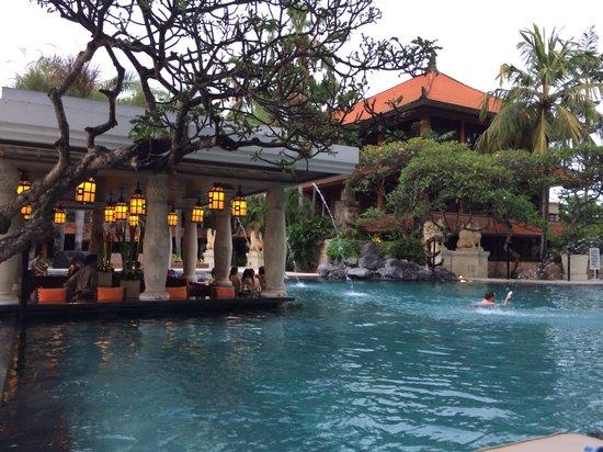 Puri Santrian: Happy hour at the pool.