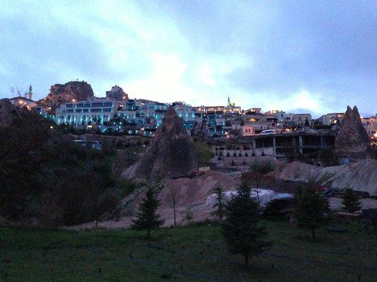 Cappadocia Cave Resort & Spa: 夕方のライトアップ