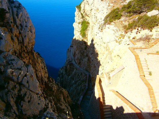 Frecce delle Grotte di Antonio Piccinnu: steep walk down