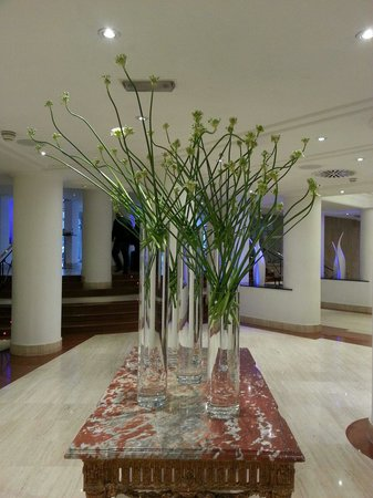 Melia White House : beautiful flowers at the hotel lobby.