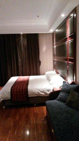 Seventh Heaven Hotel: Il letto e il pavimento di parquet