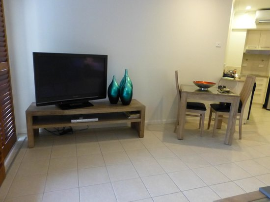 Meridian Port Douglas: TV and dining table