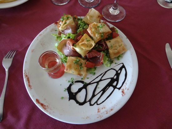 La Relais de la Vallee : crispy pouches of goose liver on a bed of salad and balsamic cream