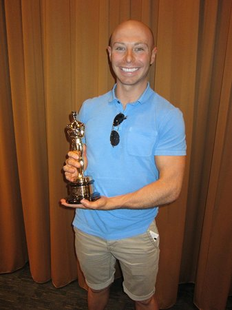 Warner Bros. Studio Tour Hollywood : Only on the deluxe tour do you get to hold an Oscar