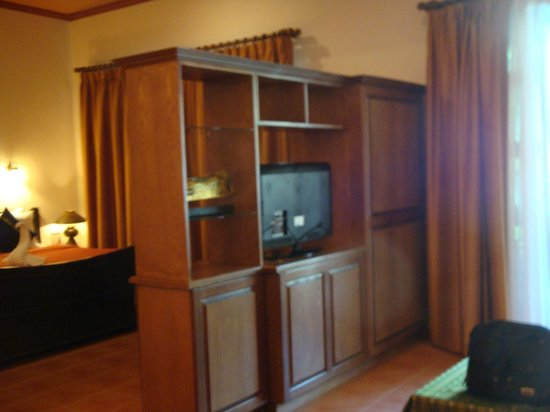 Royal Phawadee Village : tv in cabinet, can be swiveled so you can watch in bed or lounge