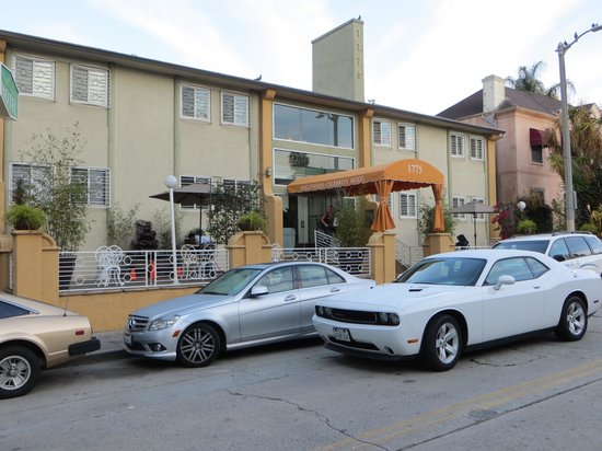 Hollywood Celebrity Hotel: That's us, double parked while we load up the car because an unattended taxi was in the loading