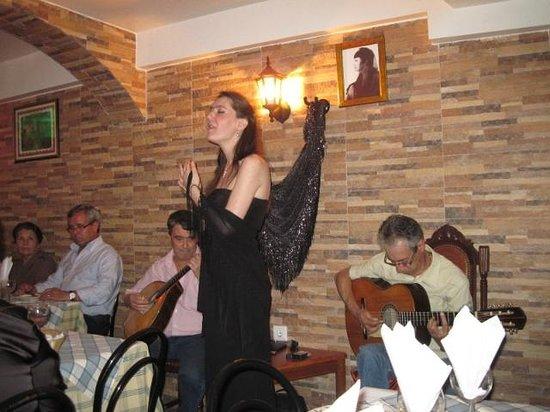 Restaurante Esquina de Alfama : Sónia Santos performing at the Esquina de Alfama