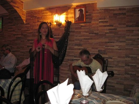 Restaurante Esquina de Alfama : Cátia Garcia performing at the Esquina de Alfama